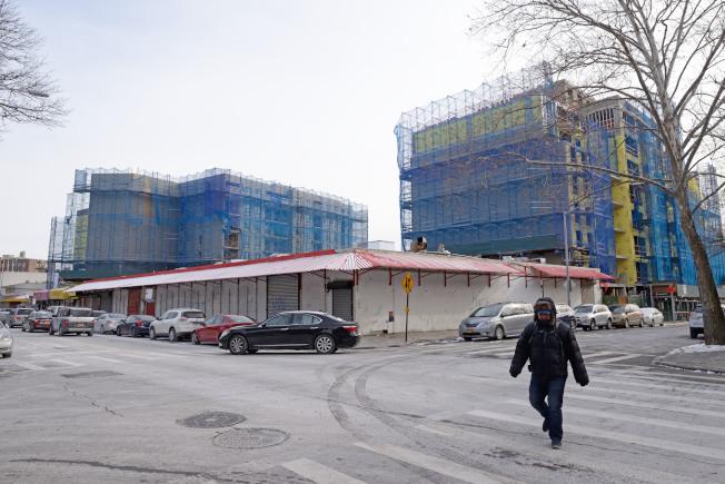 艾姆赫斯特82街45-15號與83街45-16號兩棟樓正在蓋建。(記者朱澤人/攝影)