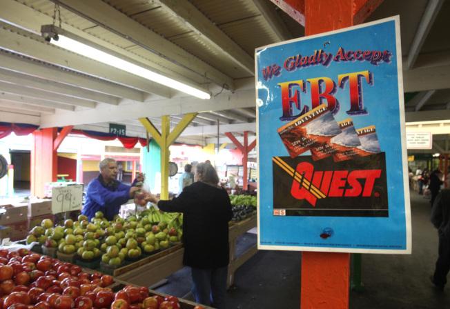 一些農夫市場現在也可接受EBT卡,持卡者可買到新鮮蔬果。(美聯社)