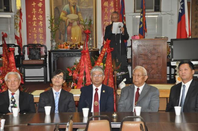 王秉慎(右一)、陳周正(右二)以及翁桂堂(左二)等合影。(記者張越╱攝影)