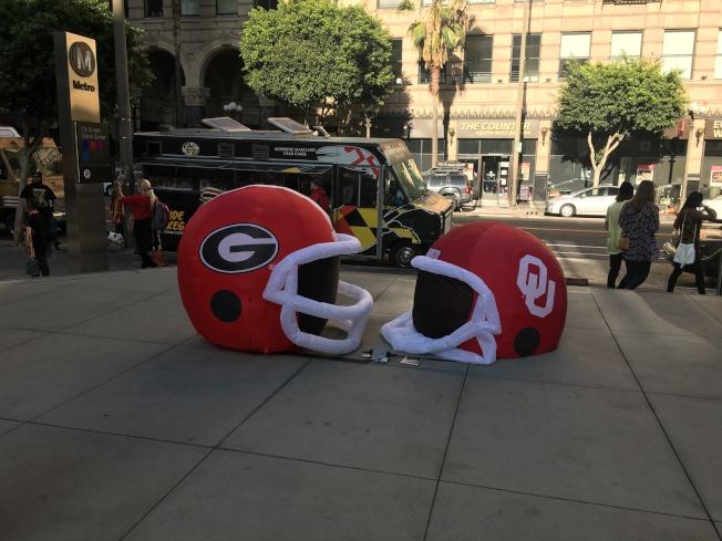 美國大學美式足球(NCAA)玫瑰碗半決賽奧克拉荷馬大學(Oklahoma Sooners)和喬治亞大學兩隊頭盔裝飾。(記者王若然 / 攝影)