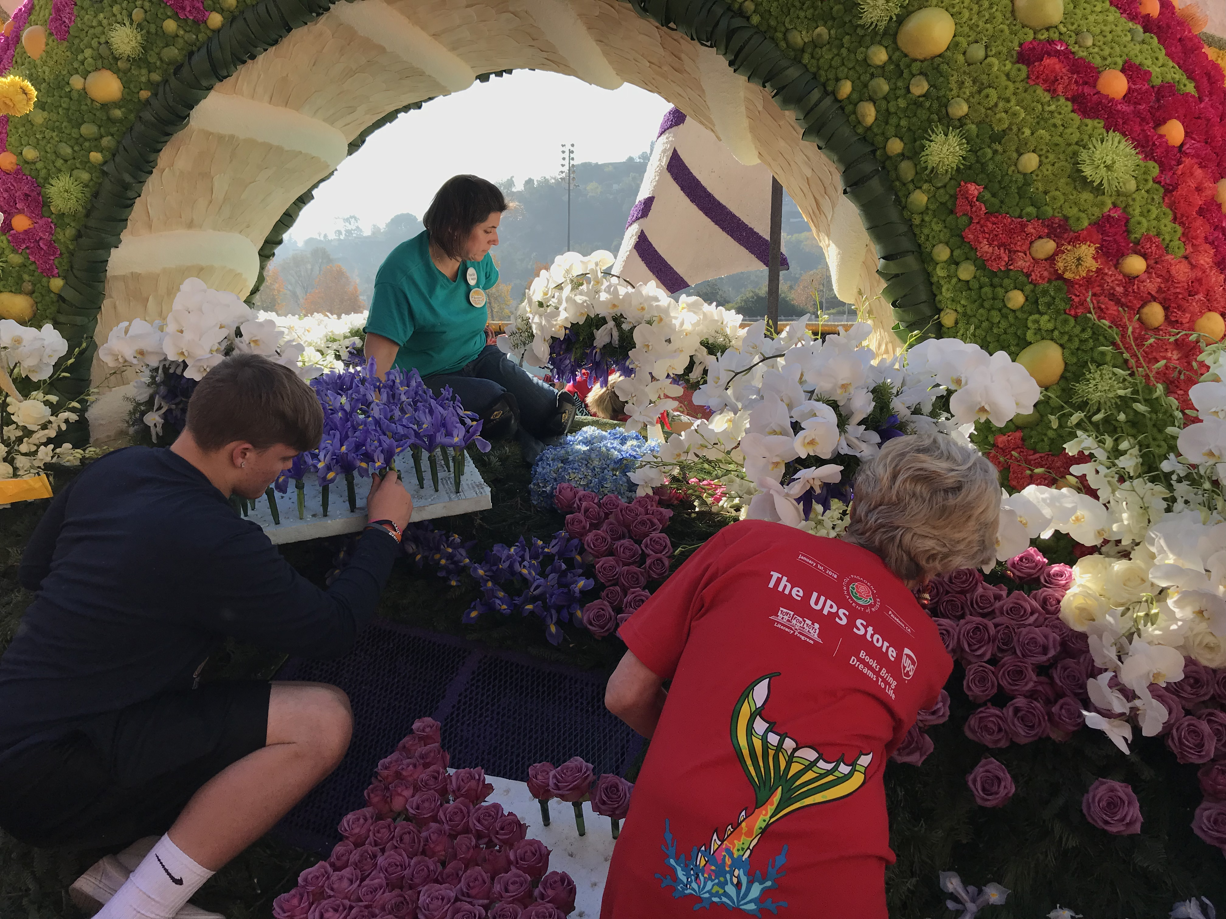 義工忙著裝飾花車。(記者啟鉻/攝影)