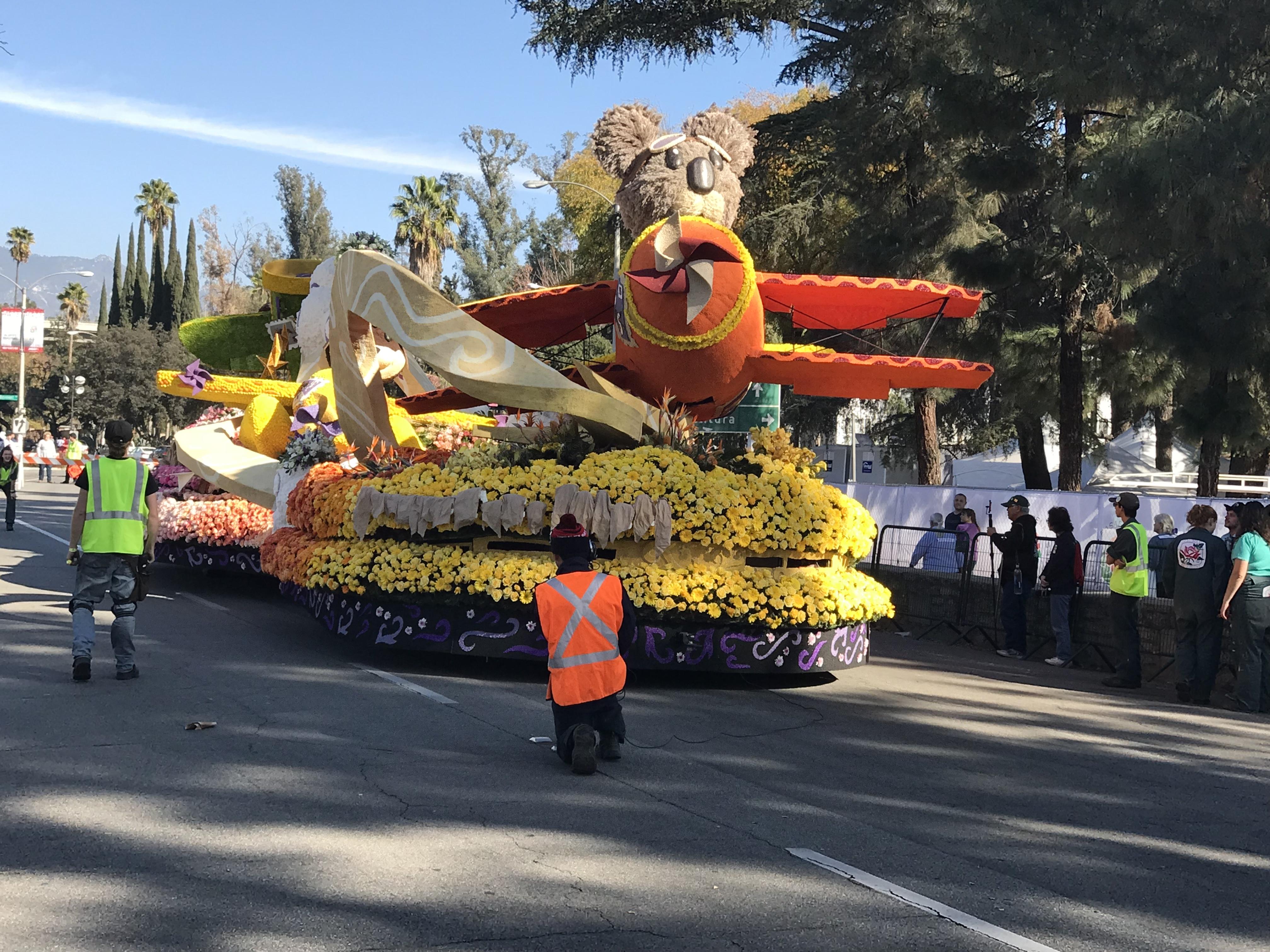 Cal Poly玫瑰花車31日午間完成裝飾,開出裝飾營地。(記者啟鉻/攝影)