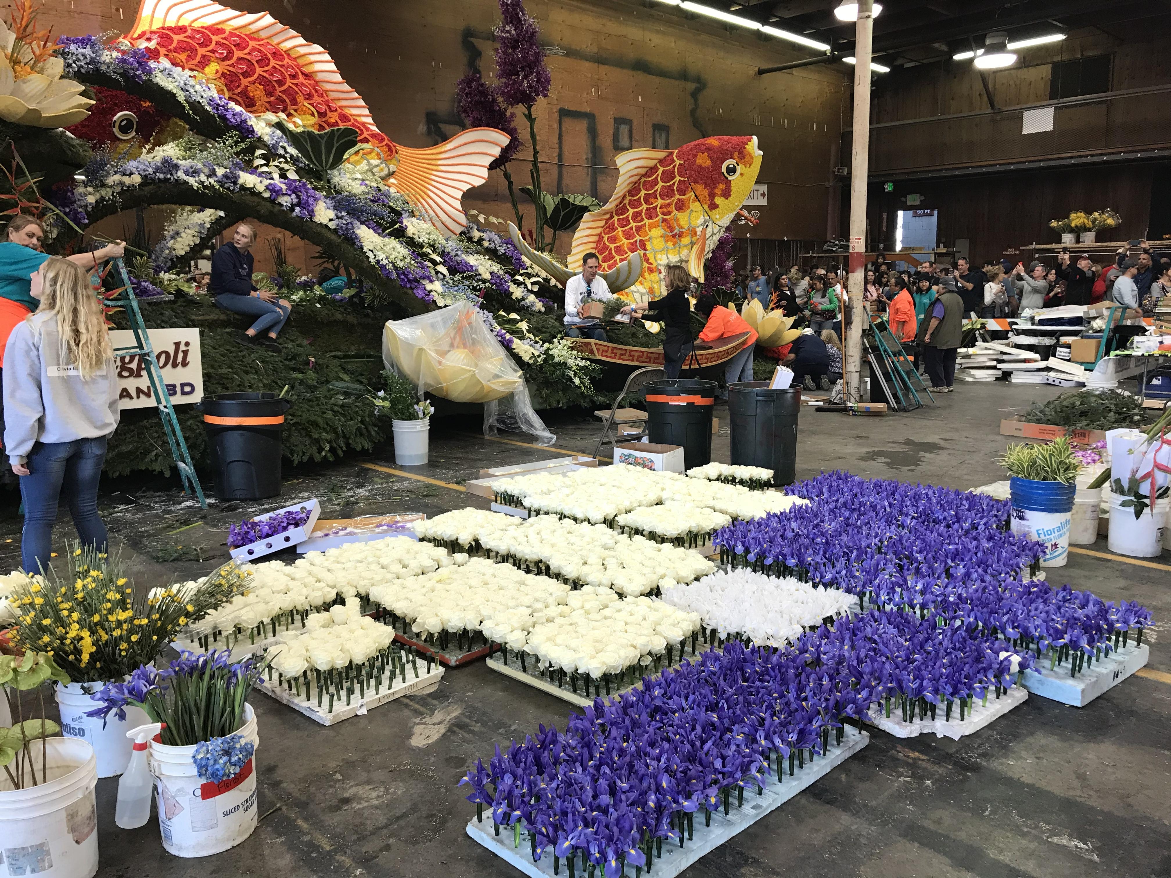 華資誠保利公司製作花車「魚躍龍門,自強不息」裝飾近尾聲。(記者啟鉻/攝影)