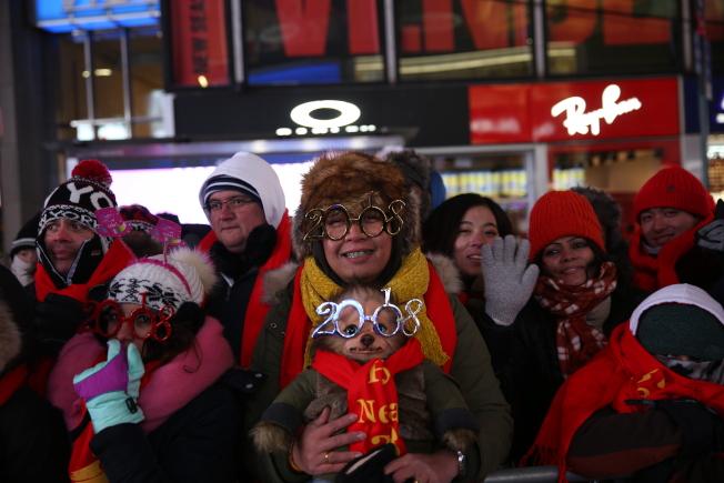 民眾不懼嚴寒,齊聚時報廣場跨年。(記者洪群超/攝影)