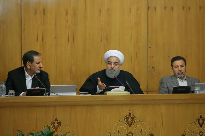 伊朗總統羅哈尼(中)31日在德黑蘭主持內閣會議發表談話,表示絕不容忍暴力示威。(Getty Images)