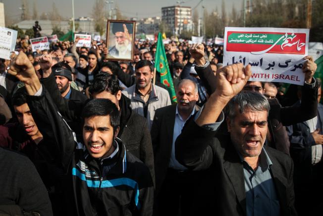 伊朗各地也有支持官方的龐大民眾,30日也上街示威,表示力挺政府。(Getty Images)