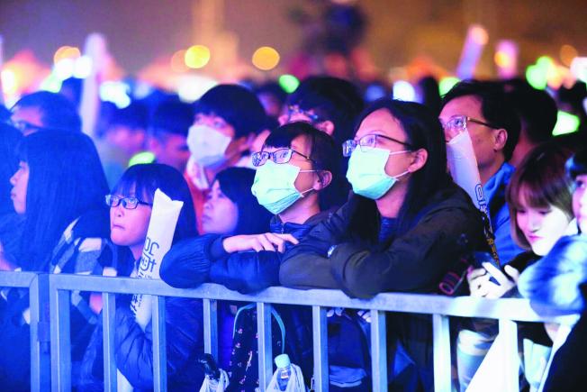 台南市政府在高鐵台南站舉辦跨年活動,還分送口罩給歌迷,不少民眾自備口罩跨年。(圖:台南市政府提供)