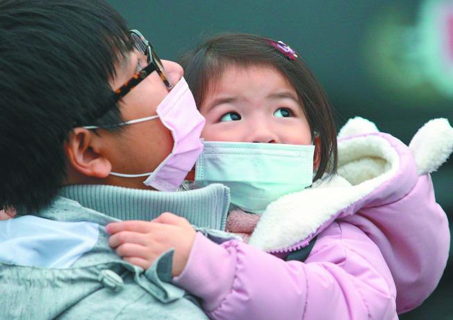 台灣西部空品質從北到南一片「紅害」,民眾帶小孩出門都要戴口罩。(記者鄭清元/攝影)