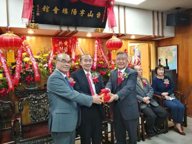 許可立(右)在伍璇燦(中)的監交下,從黃惠喜(左)的手中接過寧陽總會館主席印信。(記者黃少華/攝影)