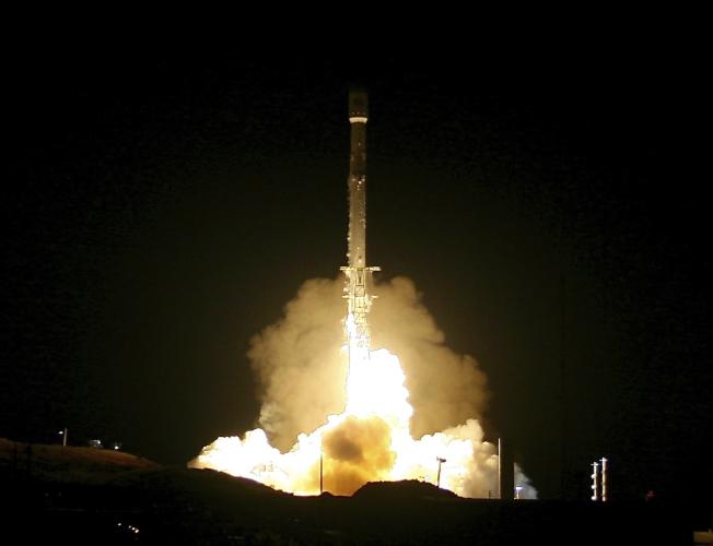 SPACEX在12月22日發射火箭發射通訊衛星,為2018年太空觀光暖身。(美聯社)
