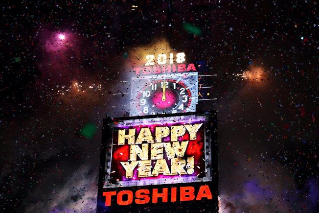 數十萬民眾31日除夕夜在「世界十字路口」紐約市時報廣場,齊聲倒數「3、2、1、0 !」水晶球降落,迎來2018年。(美聯社)