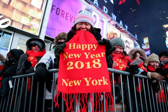 民眾無畏嚴寒,在時報廣場等待跨年。(Getty Images)