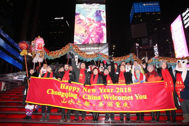 受跨年活動主辦單位邀請,重慶銅梁龍亮相紐約時報廣場跨年盛典,在「世界的十字路口」展現「山水之都.美麗重慶」的風采,和紐約市民與全世界觀眾一起「倒計時」,迎接新一年的到來。(記者洪群超╱攝影)