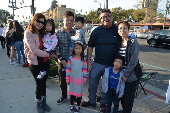 華裔蔡先生、劉先生兩家人與孩子們,31日午間在科羅拉多大道旁露營,準備觀賞次日玫瑰花車遊行。(記者啟鉻/攝影)