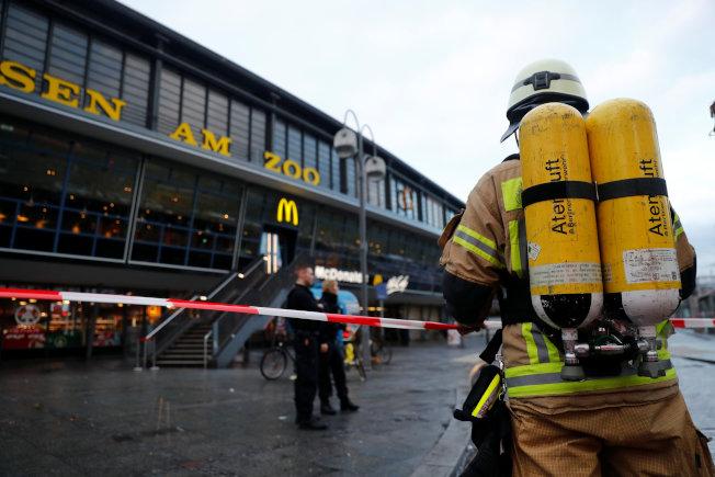 柏林動物園車站31日發生火警,消防人員趕往現場。(路透)