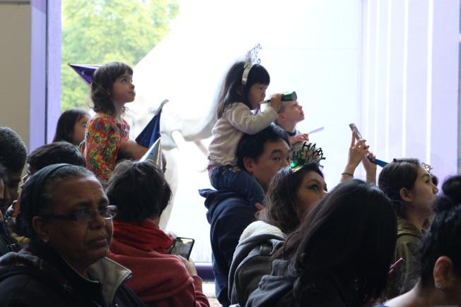 許多聖荷西家庭一家大小參與跨年活動。(記者張毓思/攝影)