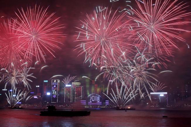 香港除夕煙火照亮維港夜空。(美聯社)