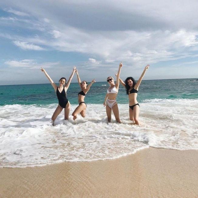 賽琳娜(左)與一群好姊妹一同到墨西哥跨年。(取材自Instagram)