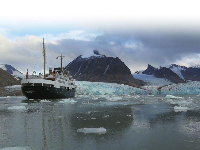 北極斯瓦爾巴德群島,近距離觀察冰川。(取材自華西都市報)