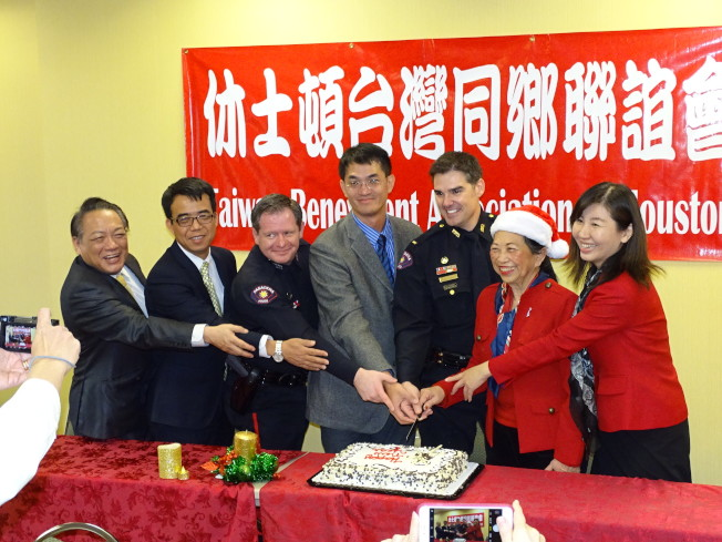 賴清陽(左一)賴李迎霞(右二)與來賓切蛋糕,慶祝Pasadena La Quinta旅館開幕誌慶。(記者封昌明/攝影)