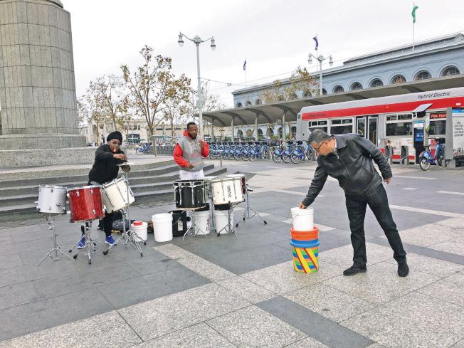 Harry Bridges廣場的非裔鼓樂手表演。(記者李晗/攝影)