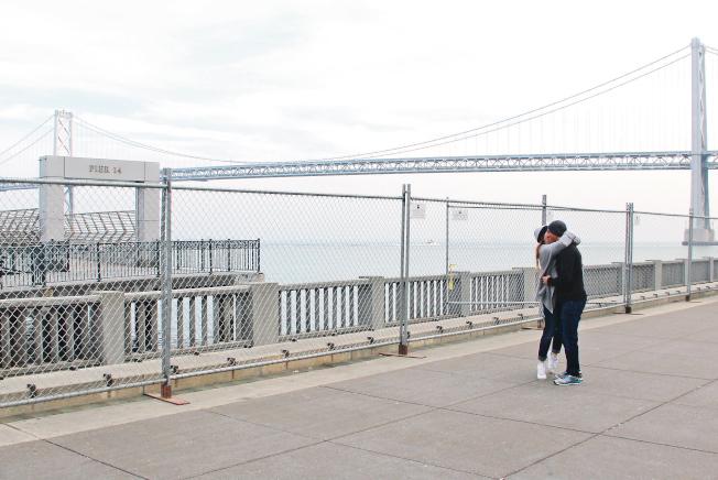 14號碼頭前,情侶的親吻。(記者李晗/攝影)