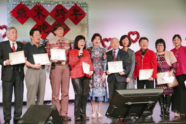 聖荷西台灣同鄉聯誼依照往例,在12月31日晚間舉行跨年倒數,僑胞上台高歌慶新年。(記者李榮/攝影)