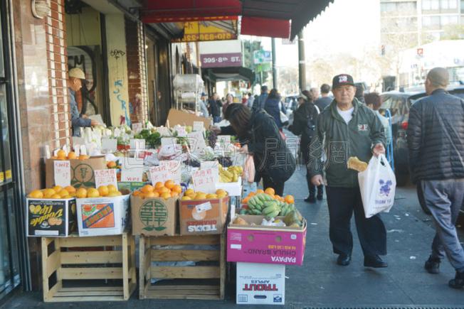 屋崙華埠商家佔道經營嚴重,有商家一年累計被罰款2萬元。(記者劉先進/攝影)