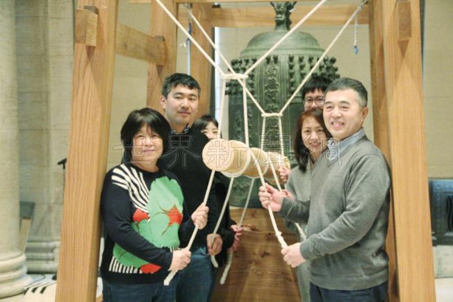 許多華裔家庭也來敲鐘祈福。(記者李晗/攝影)