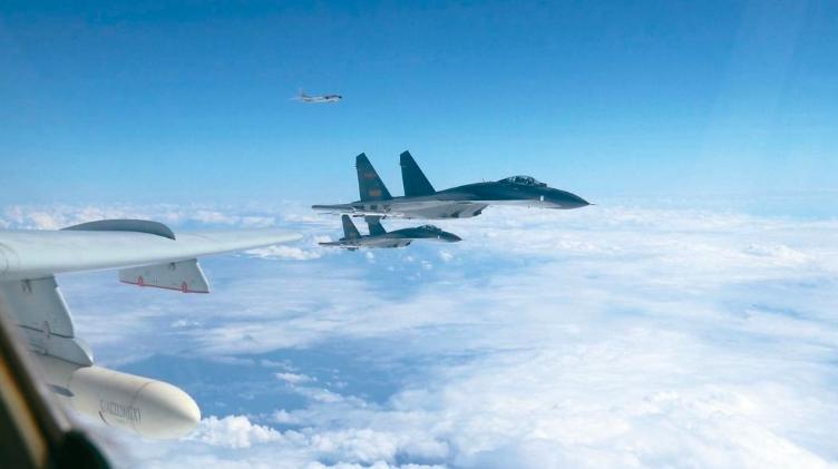 中共空軍近期密集展開「繞島巡航」任務。圖/取自新華社