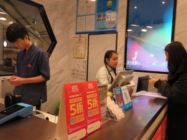 為了保障消費者權益,中國工商總局發布線下無理由退貨政策。(本報資料照片)