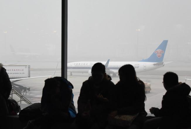 圖為因霧霾延誤航班的北京旅客。(新華社)