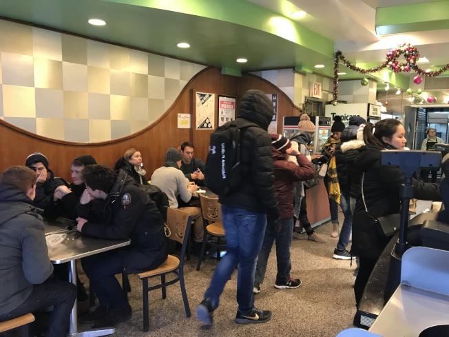 飛達西餅擠滿外族裔。(記者俞姝含/攝影)
