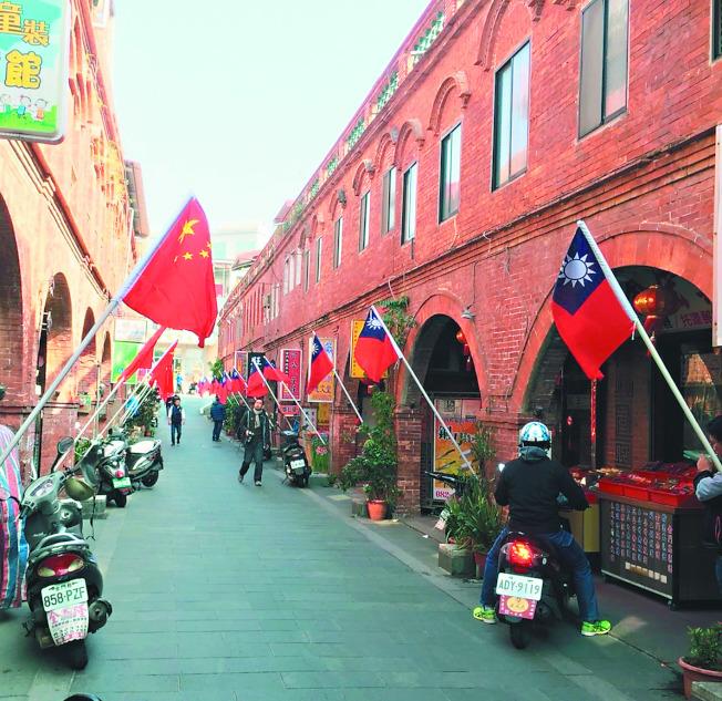 金門模範街一邊懸掛中華民國國旗,另一邊懸掛中華人民共和國國旗。(圖:王明宗提供)