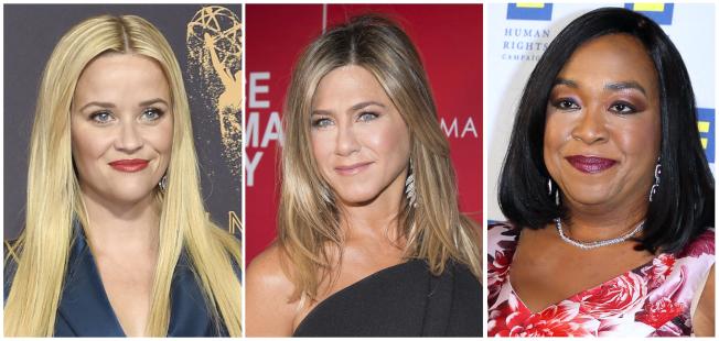 圖左起為好萊塢女星瑞絲薇斯朋、珍妮佛安妮斯頓和著名電視編劇、導演和製作人珊達萊梅斯。(美聯社)