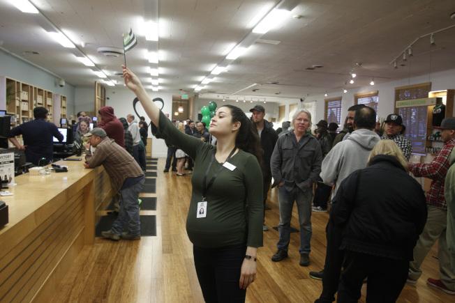 加州屋崙一家大麻經銷店1日湧入許多顧客上門。(美聯社)