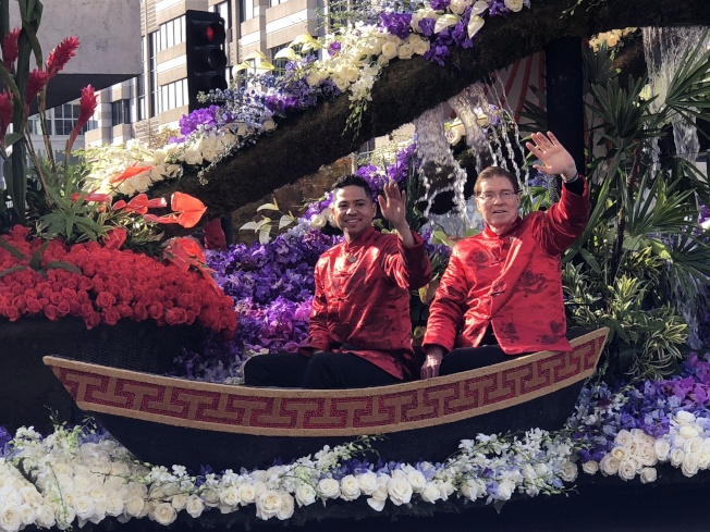 洛杉磯世界日報主辦的LAVoice好聲音總冠軍Ryan(左)身穿傳統服裝在誠保利花車上。(記者張宏/攝影)