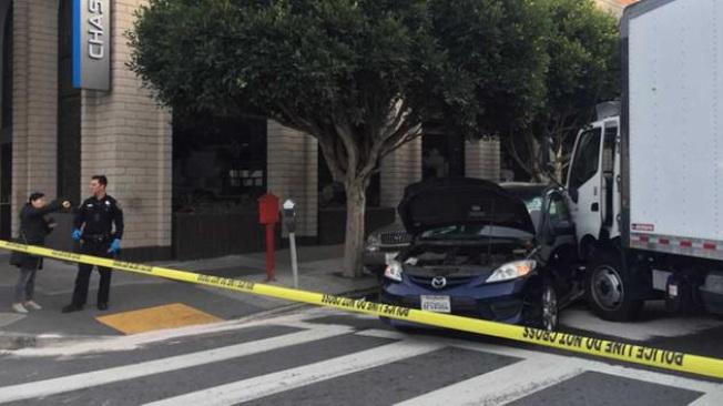 一輛大卡車元旦下午在舊金山列治文區衝上人行道,造成七人受傷。(電視新聞截圖)