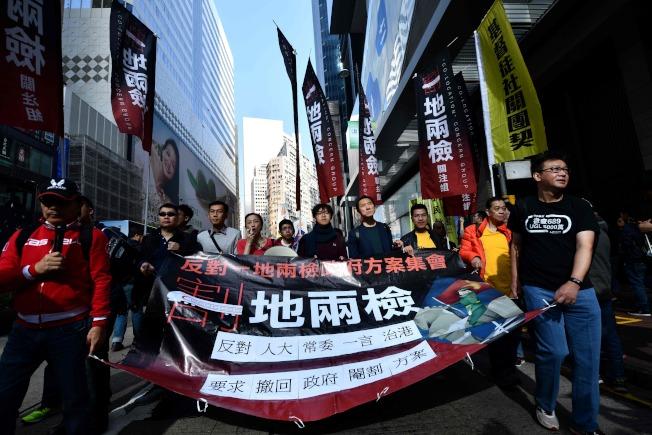 上萬香港市民1日上街頭示威,抗議港府當局強推「一地兩檢」方案,將在香港境內設立「內地口岸區」執行中國大陸法律,質疑「一國兩制」承諾遭毀,基本法不保。(美聯社)