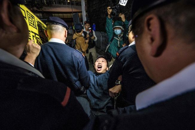 上萬香港市民1日上街頭示威,抗議港府當局強推「一地兩檢」方案,將在香港境內設立「內地口岸區」執行中國大陸法律,質疑「一國兩制」承諾遭毀,基本法不保。(Getty Images)