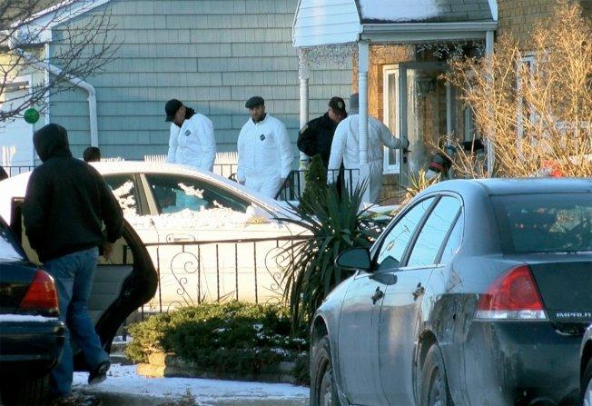 新澤西州元旦四屍命案,刑案鑑識人員正在現場調查。(美聯社)