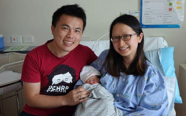 新西蘭港婦Ena Wong(右)誕下全球最早元旦嬰,左為台灣人丈夫。(取材自Radio New Zealand網站)