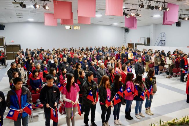 與會者全體起立,唱美國、中華民國國歌。(記者陳開/攝影)