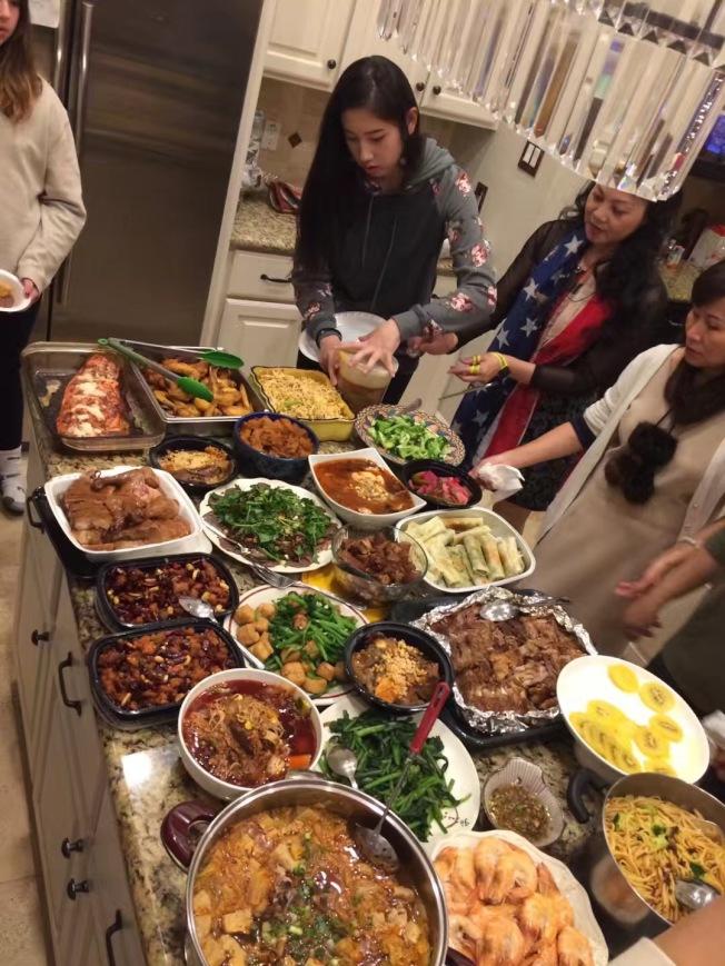 華人社團各展手藝,準備美食慶新年。(漢文提供)