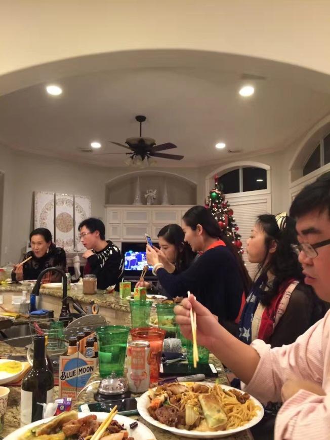家中慶新年,充滿溫馨趣味。(漢文提供)
