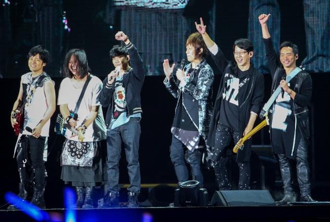 五月天在桃園開唱,邀請金曲歌王林俊傑(左三)擔任神秘嘉賓。(記者程宜華/攝影)