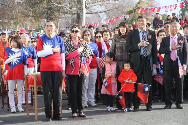 僑胞與民選官員頂著寒風,一早就在僑教中心廣場升旗與團拜。(記者李榮/攝影)