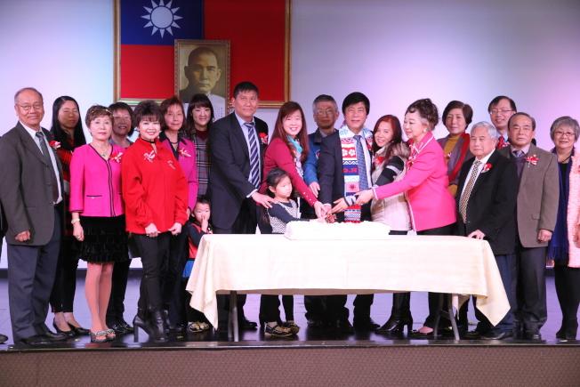 大家一起切蛋糕慶祝中華民國107年元旦。(記者李榮/攝影)