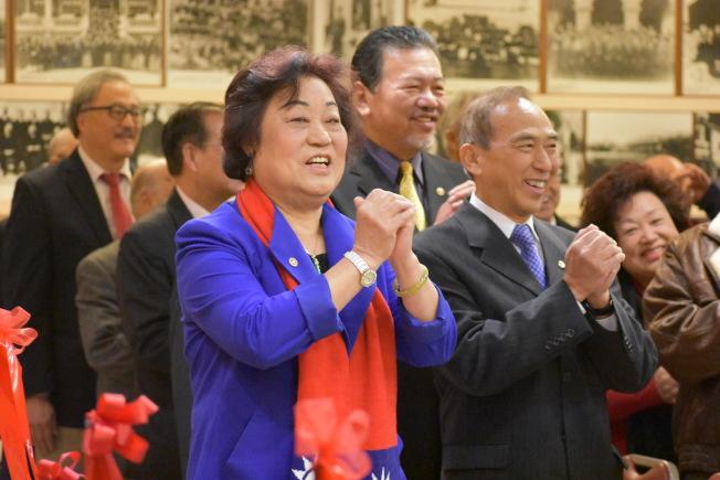 國民黨駐美總支部常委于愛珍(左)在舊金山華埠主持中華民國107年元旦暨開國紀念活動,並向大家賀年。(記者李秀蘭/攝影)