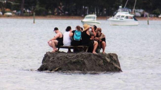 紐西蘭科羅曼德半島在今年跨年期間禁止公開飲酒,一群紐西蘭民眾遂在沿海河口建造一座沙島,避開禁令。圖/取自臉書